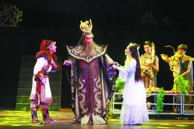 昨晚,作为第五届全国少数民族文艺汇演的重点剧目,来自天津市代表团的音乐神话剧《寻找海力布》在天桥艺术中心上演。该剧改编于蒙古族的一个传说故事,具有浓郁的民族风情,故事生动,有戏剧、音乐、舞蹈、木偶多种形式,主创团队阵容强大,演员队伍演技一流,是一个老少皆宜的剧目。