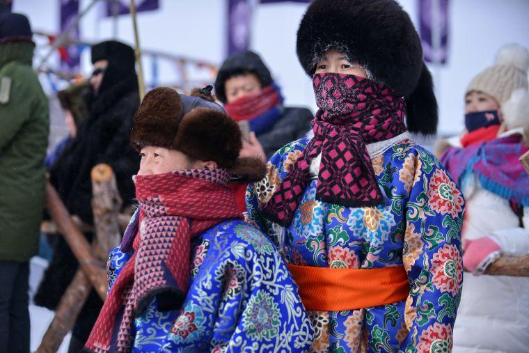 觀眾身著蒙古族服飾參加盛會。
