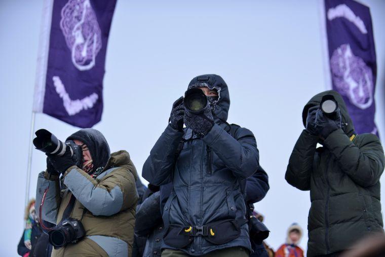 現場拍攝的攝影愛好者全副武裝防寒。