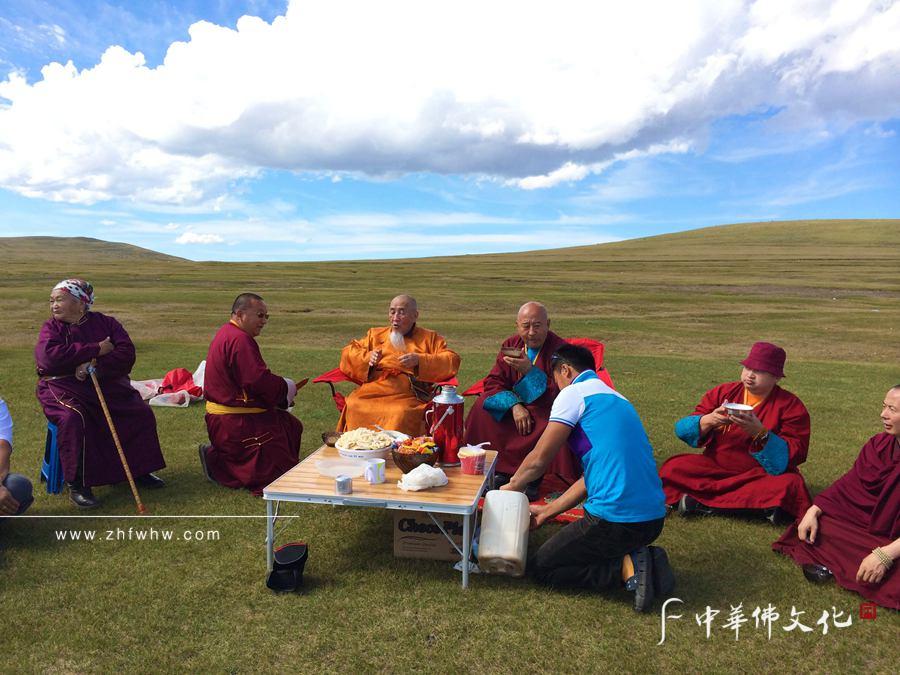 2014年9月,年屆90的嘉木樣圖布丹帶領僧眾遠赴蒙古國交流_副本.jpg
