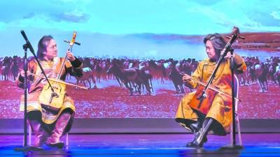 中国侨网内蒙古艺术团在美国演奏马头琴。