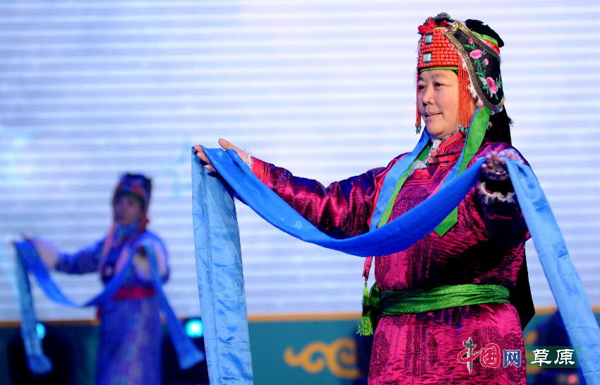 锡林郭勒盟西乌旗蒙古族服装服饰大赛开幕 草