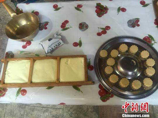 圖為額爾敦其其格和她現場製作的奶豆腐。 烏瑤 攝
