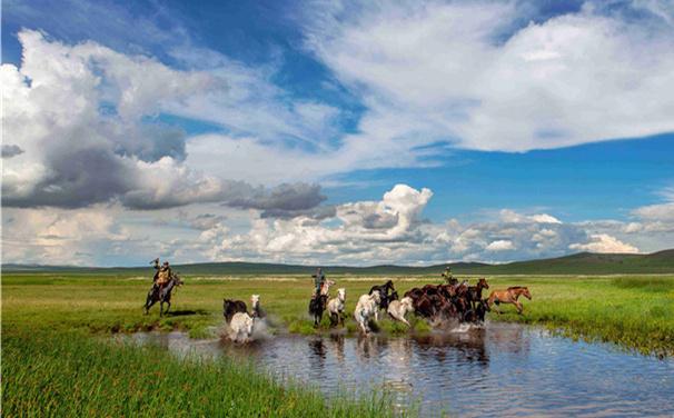 這個夏天,中國馬都內蒙古自治區錫林浩特市因一部實景劇《蒙古馬》令觀眾動容。400名演職人員、120匹蒙古馬,融合了蒙古族歌舞、摔跤、射箭、馬術等內容,這部劇展現了馬背上豐富厚重的文化內涵。該劇導演寧才介紹:我們通常説,這是一匹好馬,不是因為它的外形有多俊美,而是無論在什麼情況下,它都與主人不離不棄。從某種意義上説,馬是蒙古族人民最親密的伴侶。寧才説:我們希望觀眾看完這部劇,並不僅僅覺得場景美、馬兒多,更重要是體會蒙古馬吃苦耐勞、一往無前的精神文化。