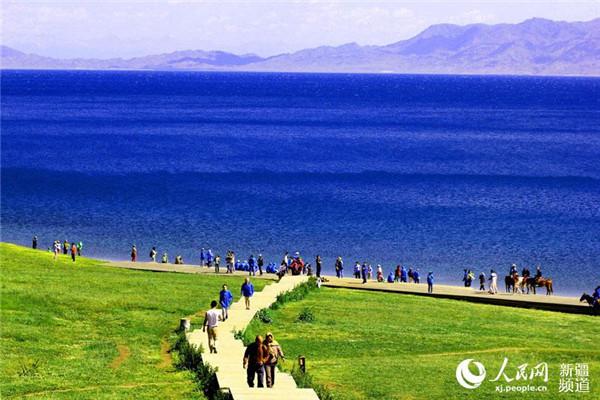 7月5日,來自全國各地的遊客正在國家級風景名勝區新疆賽裏木湖湖畔的草原上避暑遊玩。 7月5日,來自全國各地的遊客正在國家級風景名勝區新疆賽裏木湖湖畔的草原上避暑遊玩。進入盛夏,新疆維吾爾自治區博爾塔拉蒙古自治州境內的賽裏木湖畔的草原進入最美旅遊季節,廣袤的草原,湛藍的湖水,爛漫的山花構成一幅絕美的天然畫卷。 連日來,全國各地連續出現的高溫天氣,催熱了新疆賽裏木湖風景區的避暑旅遊。當天,賽裏木湖風景區的最高氣溫只有25左右,在湖邊、草原上避暑納涼、欣賞自然風光、呼吸新鮮空氣,成為遊客在高溫天氣出遊