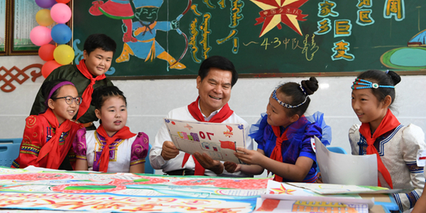 李紀恒:讓各族少年兒童在黨的陽光雨露下茁壯成長